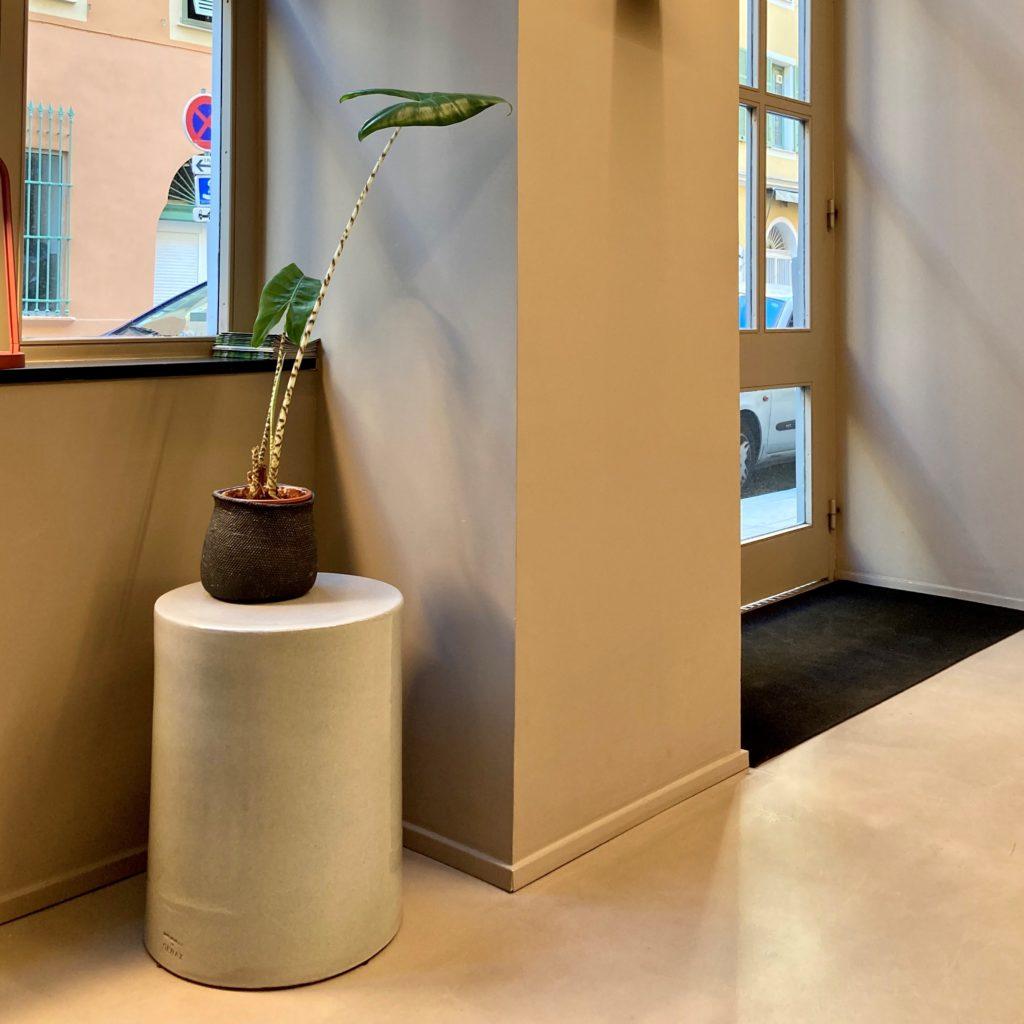 Photo Gueridon Pawn - SERAX designé par Marie Michielssen. Les dimensions sont de 35 x h45cm, en céramique ...